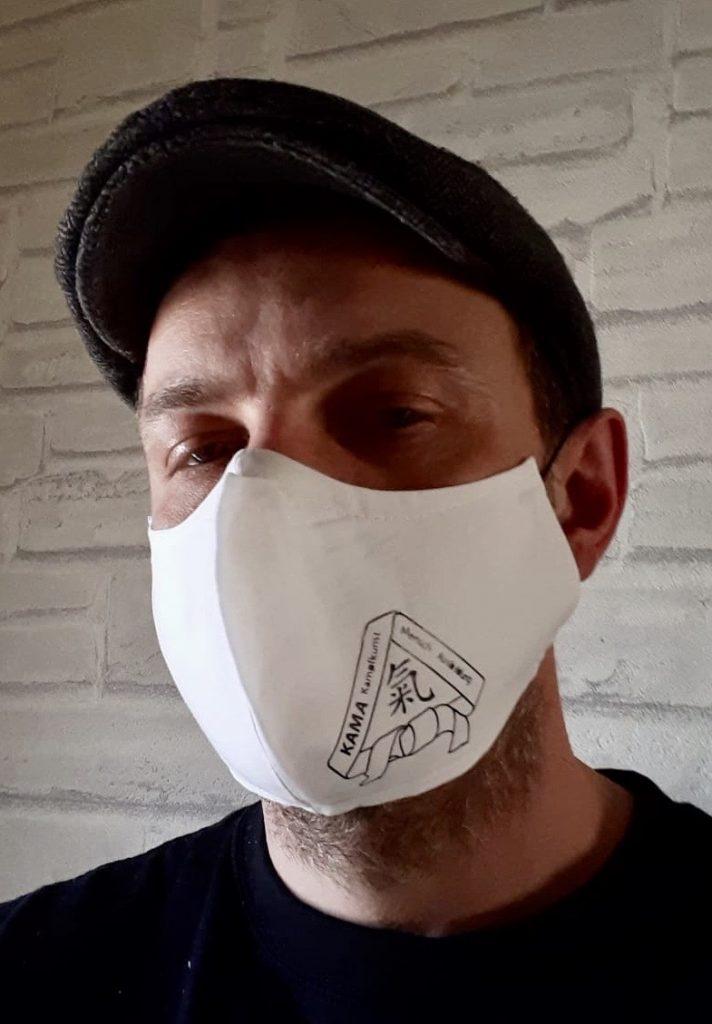 Mirko Nowak, Lehrer im Karatezentrum, testet die Schutzmaske