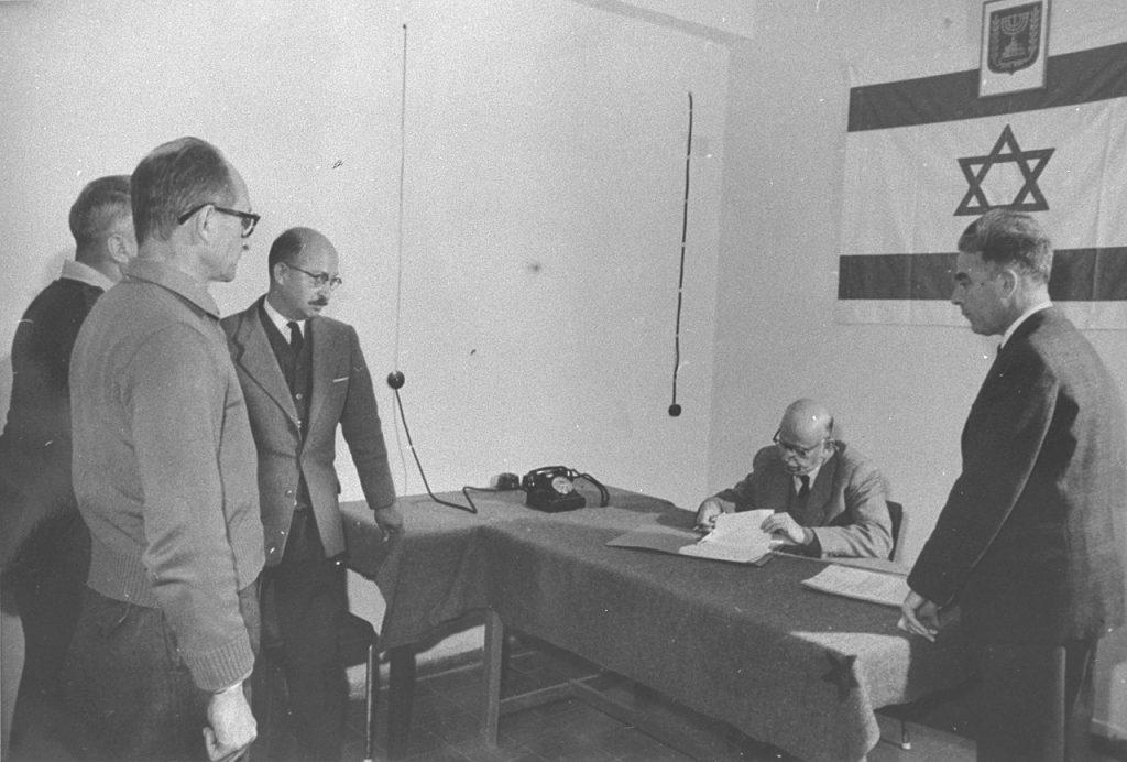 """Jerusalem, 1961: Verlängerung des Haftbefehls gegen Adolf Eichmann, den ehemaligen Leiter des """"Judenreferats"""" beim RSHA; Foto: Israeli GPO photographer / Public domain"""