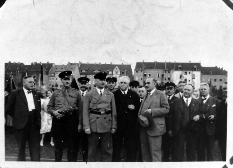 Kundgebung der SPD am 30. Juni 1932 im Stadion Hamborn: Vorrne, 2. von rechts: Michael Rodenstock. Foto: Archiv Adolf Graber