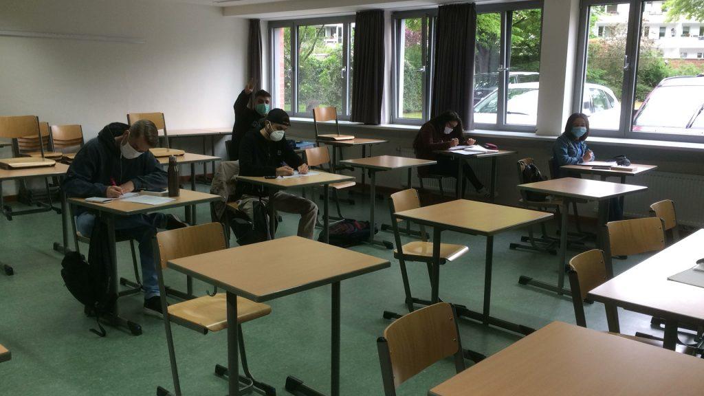 Schulbetrieb in Zeiten von Corona: Maskenpflicht und Sicherheitsabstand sind Pflicht im Berufskolleg an der Bachstraße in Düsseldorf; Foto: Christiane Hautau