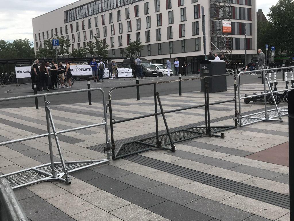 Wie Sie sehen, sehen Sie nichts: Die Querfrontdemo am HBF in Duisburg; Foto: Peter Ansmann