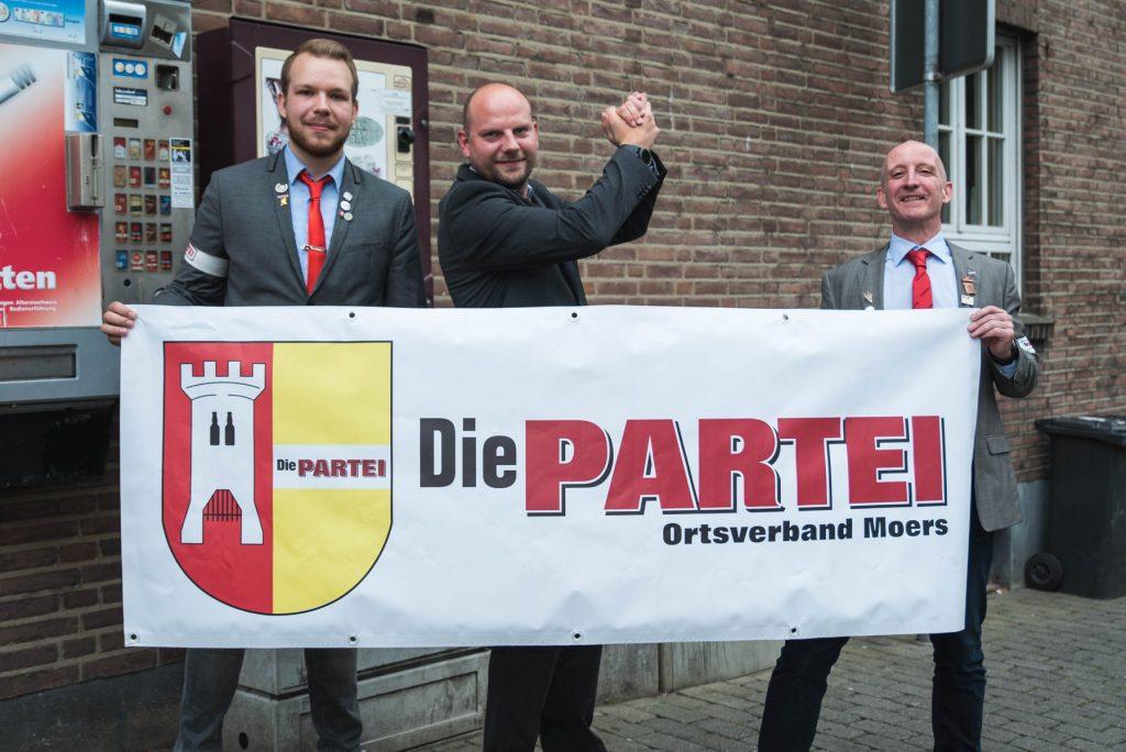 Philipp Klein, Hanno Meier Carsten Born (DIE PARTEI Moers): Klare Haltung für das SV-Projekt der Geschwister-Scholl-Schule in Moers; Foto: Daniel Zielinski
