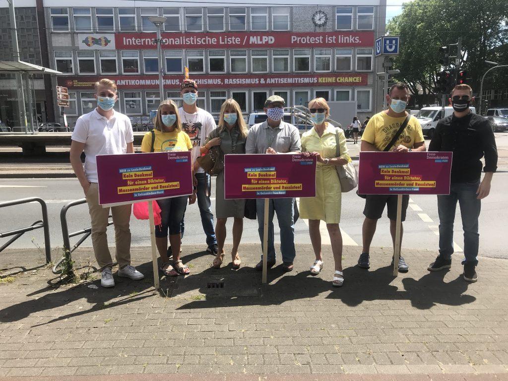 Liberaler Protest gegen die Aufstellung der Leninstatue; Foto: Peter Ansmann