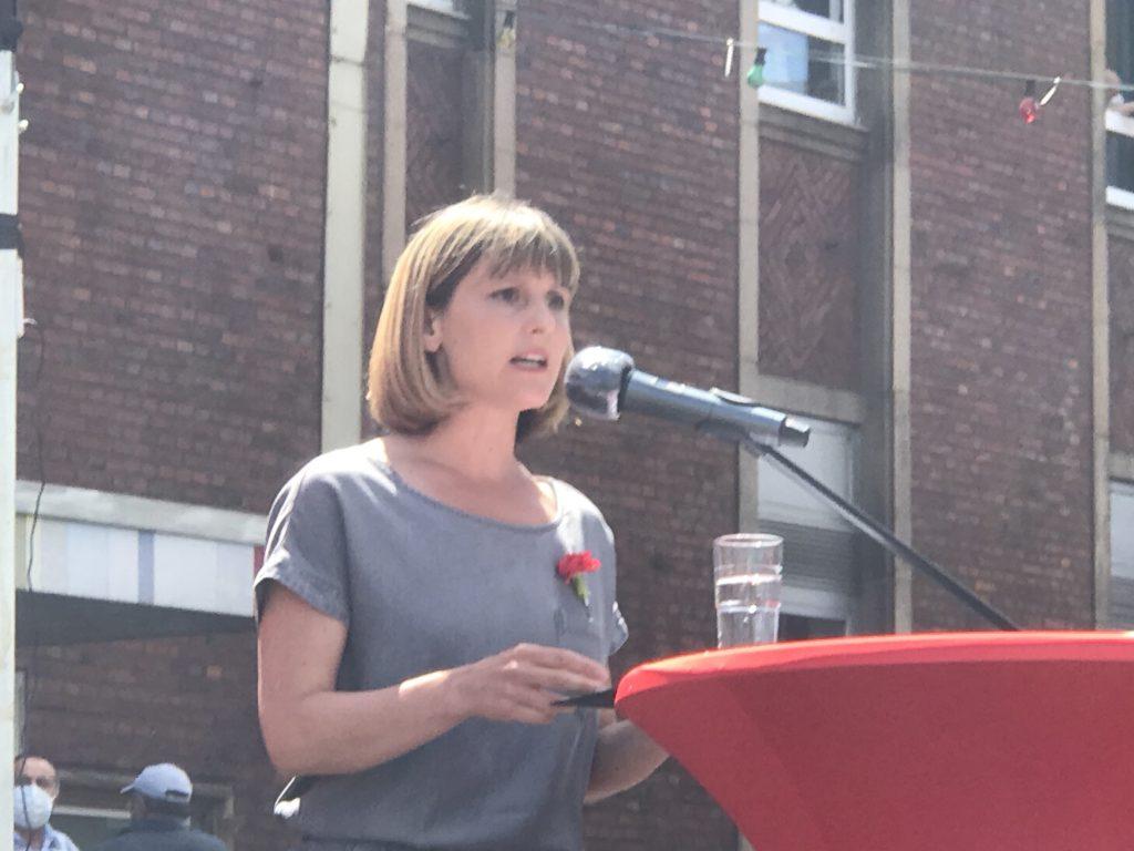 Gabi Fechtner, die Parteivorsitzende der MLPD, bei ihrer Rede; Foto: Peter Ansmann