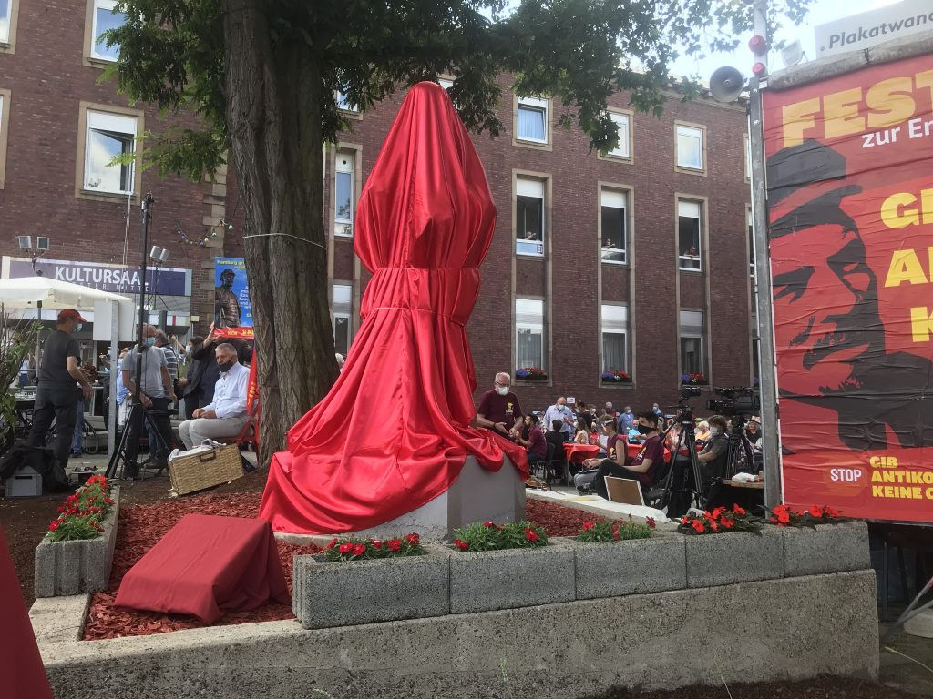 Best Practice Christo und Jeanne-Claude: Hier ist die Statue noch verhüllt; Foto: Peter Ansmann