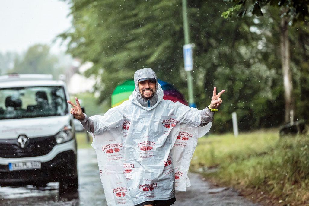 Pater Tobias bei der Ankunft in Werne an der Lippe. Das Cape ist ein Andenken an seine Teilnahme beim Chicago-Marathon im Oktober 2017; Foto Tobias Appelt (Team Ruhr)