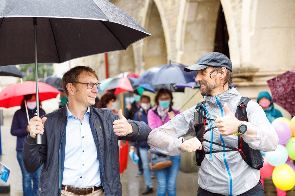 Lothar Christ (li.), Bürgermeister der Stadt Werne, begrüßt Pater Tobias (re.) bei der Ankunft in seiner Geburtsstadt; Foto: Daniel Elke / Projekt LebensWert