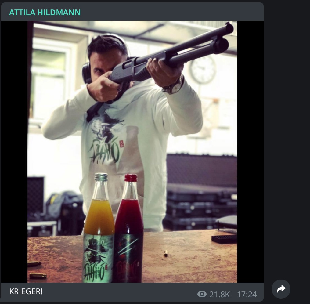 Product-Placement plus Waffe: Attila in einer typischen Pose; Screenshot Telegram