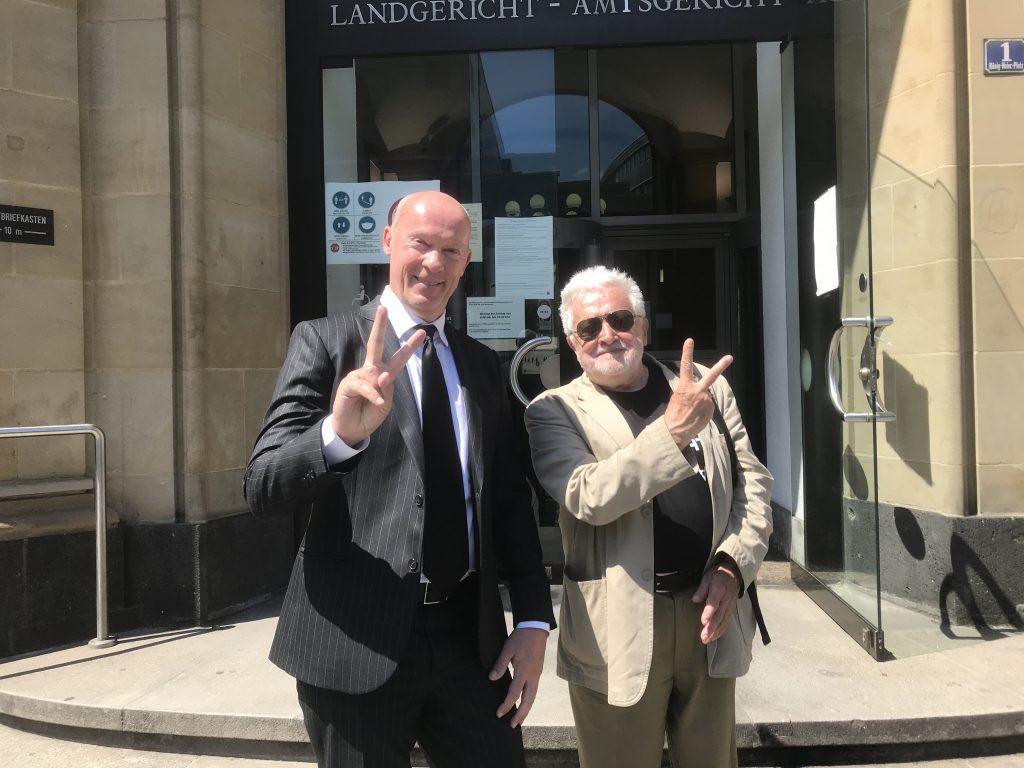 Freispruch! Anwalt Joachim Nikolaus Steinhöfel und Henryk M. Broder, sichtbar gutgelaunt, vor dem Amtsgericht Duisburg; Foto: Peter Ansmann