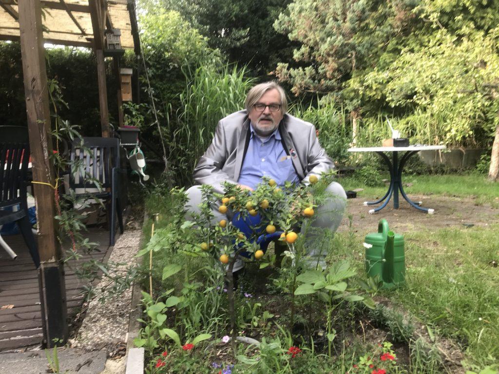 Nein zum Klimawandel! Ja zum Klimawandel! Matthias Eidens pflanzt auf seiner Datscha auch Südfrüchte an. Autonomie ist dem Politprofi wichtig; Foto: Peter Ansmann