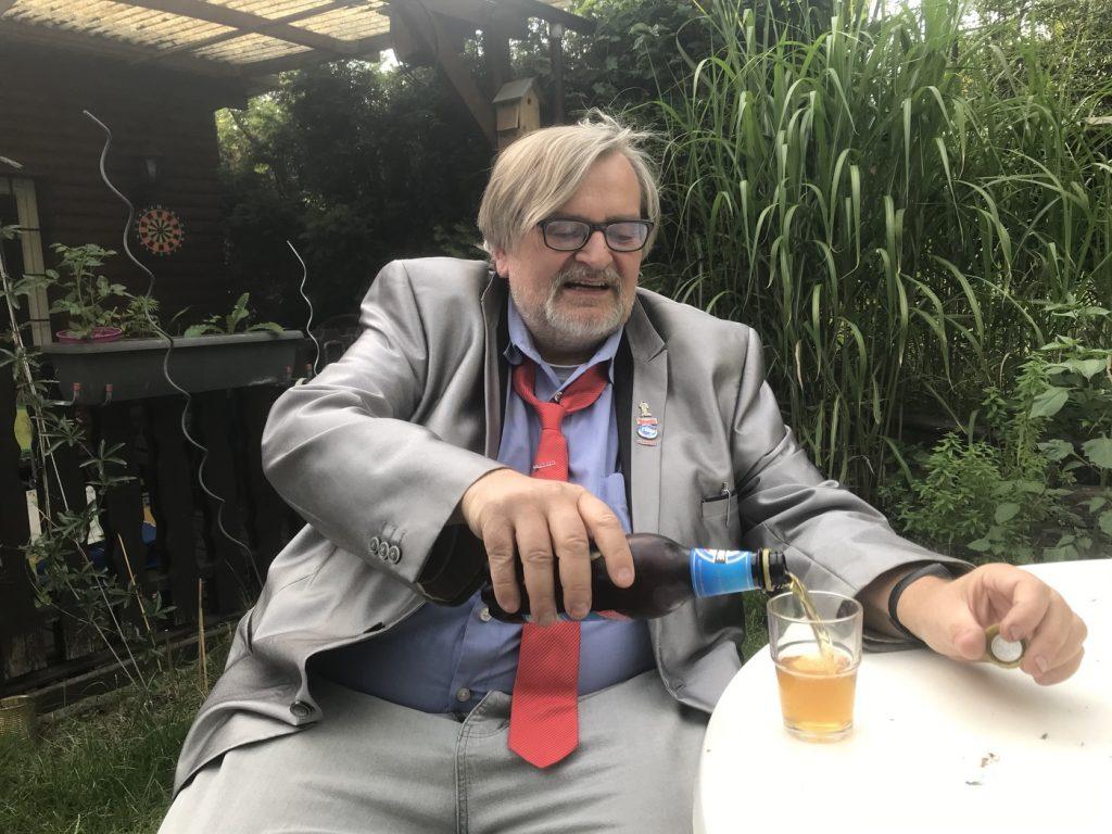 Das Bier entscheidet: Matthias-Maria Eidens (Die PARTEI Duisburg) zum Kommunalwahlkampf im Schatten der Coronakrise; Foto: Peter Ansmann