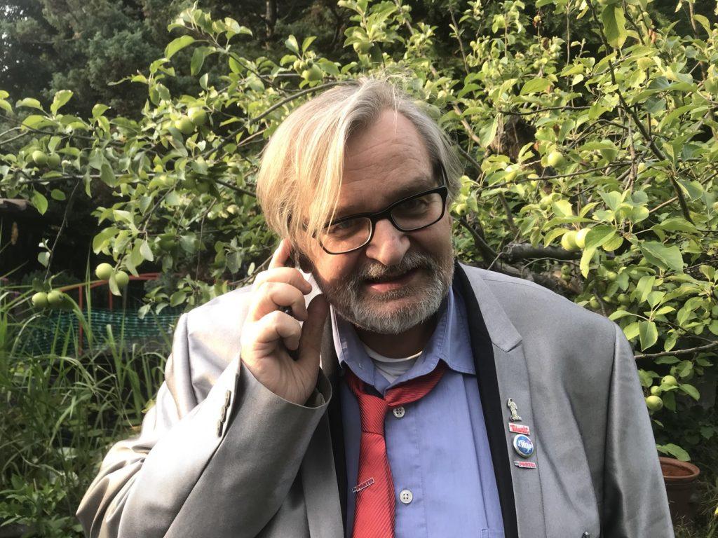 Immer am kommunizieren: Matthias Eidens managt den Wahlkampf der PARTEI in Duisburg; Foto: Peter Ansmann