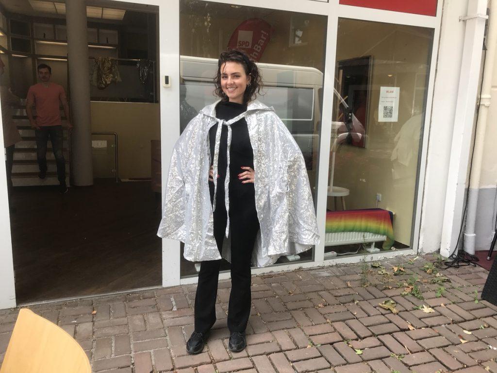 Das Outfit erinnert ein wenig an das von Prinzessin Aura aus den Flash-Gordon-Verfilmungen der 30er Jahre: Kyra Sänger, stellvertretende Vorsitzende der Jusos in Moers; Foto: Peter Ansmann