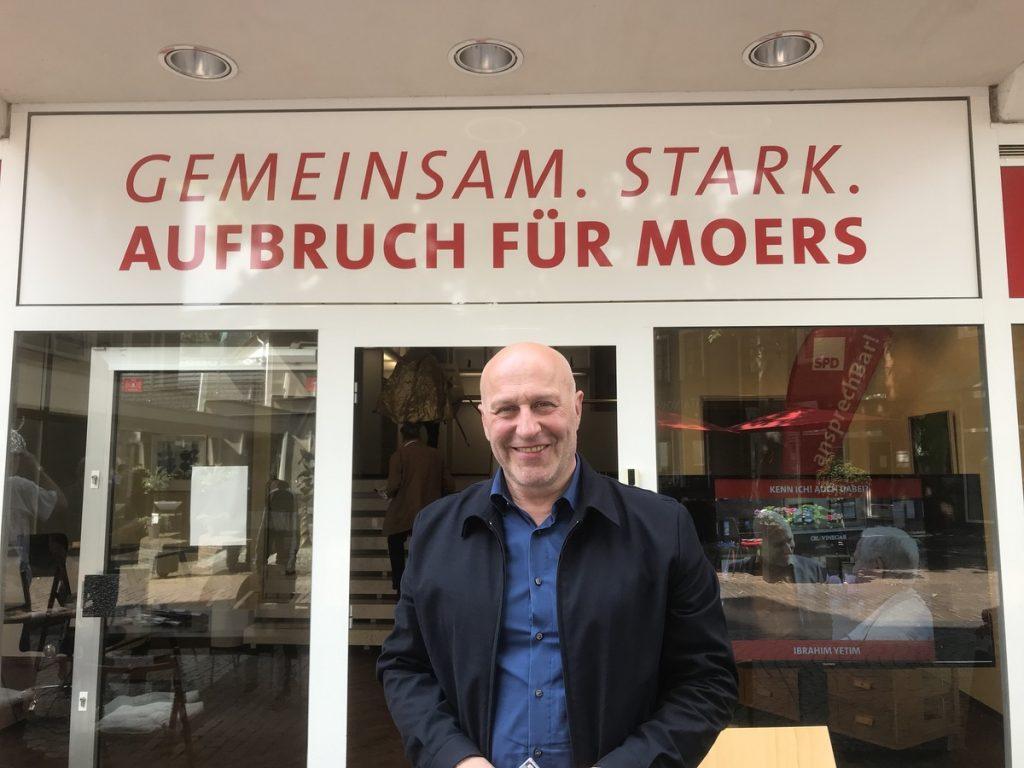 Ibrahim Yetim (SPD): Der Schulpate der Geschwister-Scholl-Gesamtschule hatte zum solidarischen Bastelnachmittag nach Moers geladen; Foto: Peter Ansmann