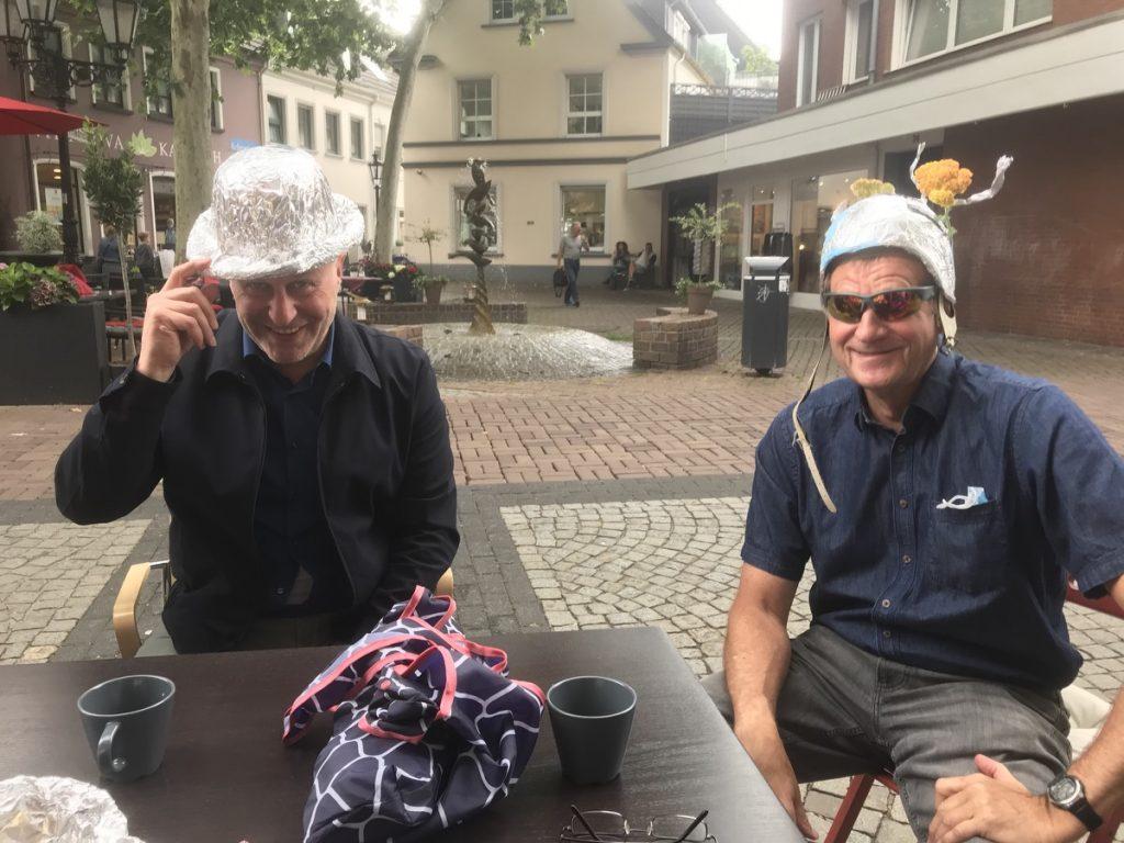 Ibrahim Yetim und Rolf Grüter: Alles safe! Dank Aluhüten; Foto: Peter Ansmann