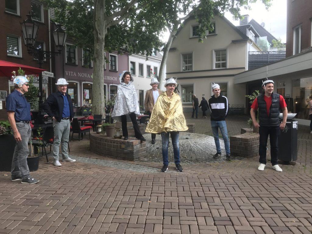 Aluhutträger in Moers: Rolf Grüter, Ibrahim Yetim, Kyra Sänger, Konrad Göke, Paul Stucki, Patrick, Tom Sauer; Foto: Peter Ansmann