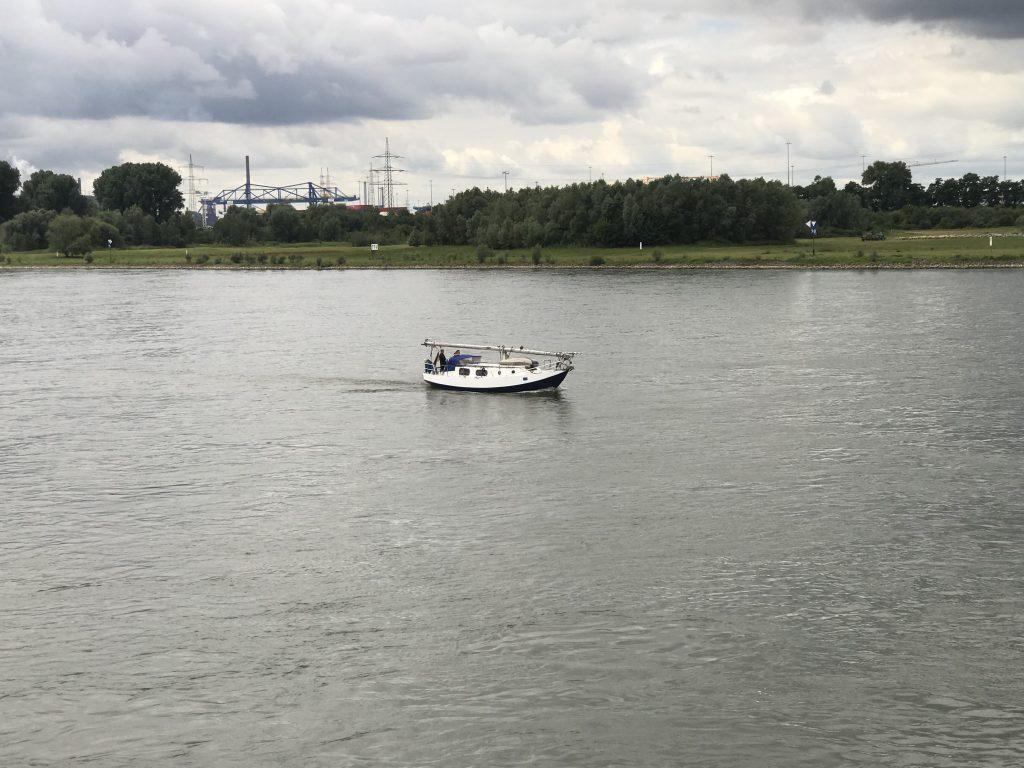 Auch auf dem Wasser ist immer was zu sehen: Der Rhein; Foto: Peter Ansmann