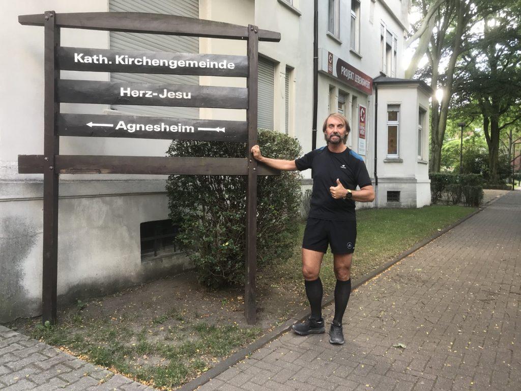Der Marathonpater vor den Räumen der LebensWert gGmbH; Foto: Peter Ansmann
