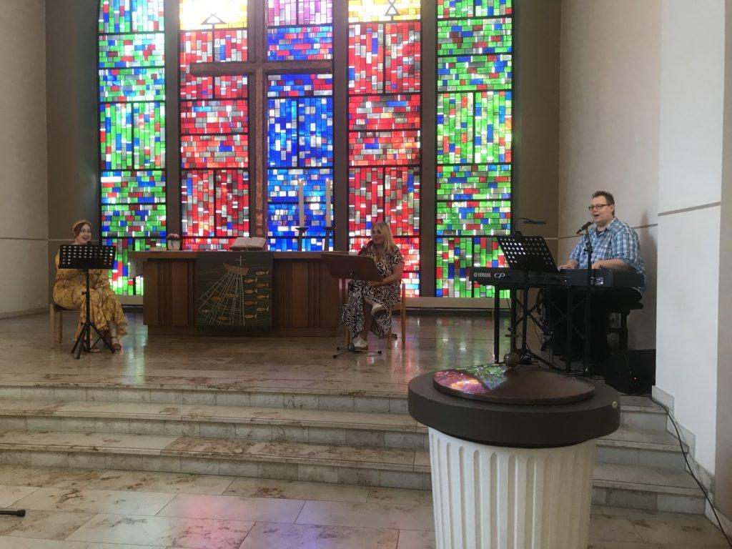 Kirchenmusik in Zeiten der Seuche: Daniel Drückes, Christine Gladbach und Vanessa Wehowsky setzen auf Sicherheitsabstand; Foto: Peter Ansmann