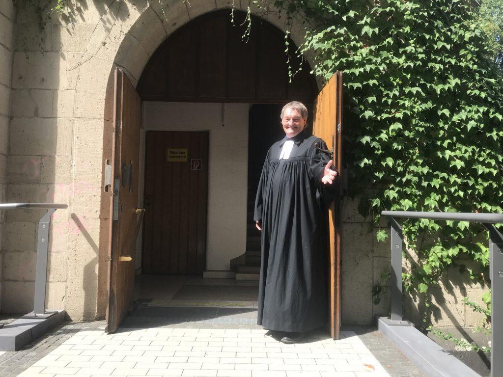 Pfarrer Jürgen Muthmann nach dem Gottesdienst der evangelischen Gemeine in Duisburg-Wanheimerort; Foto: Peter Ansmann
