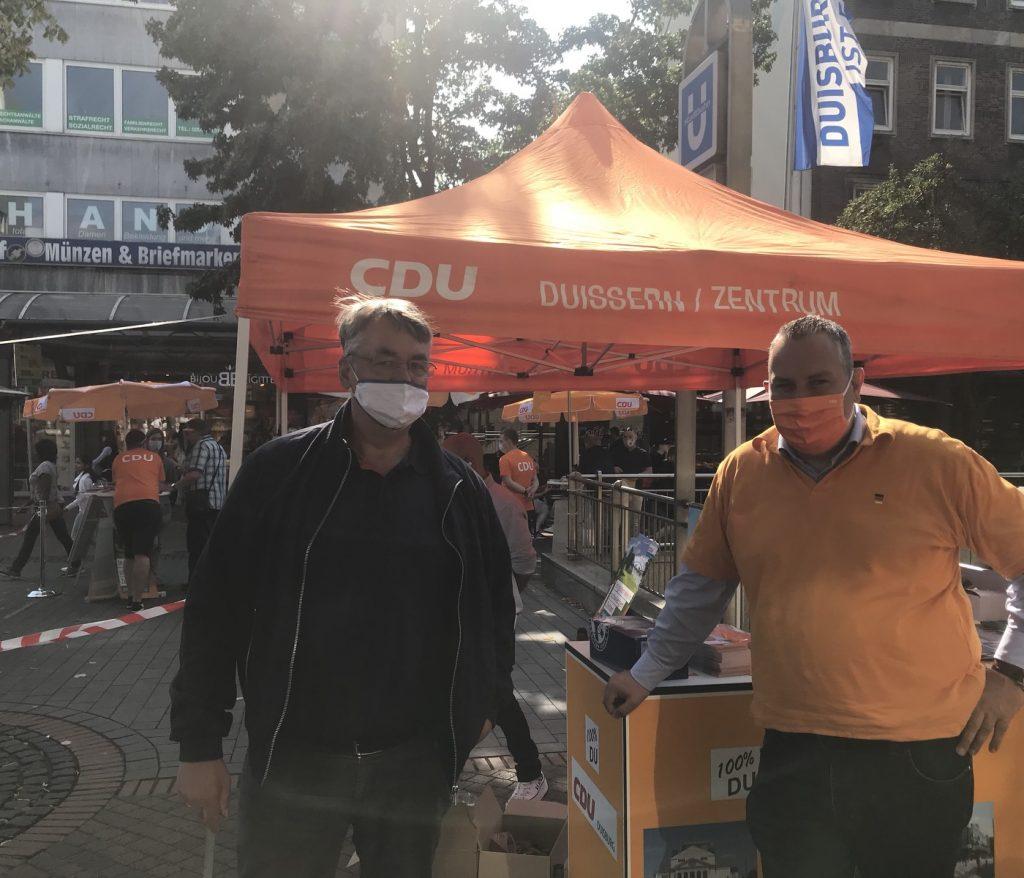Am Stand der CDU: Peter Ibe und Ralf Jörg Brotzki; Foto: Peter Ansmann