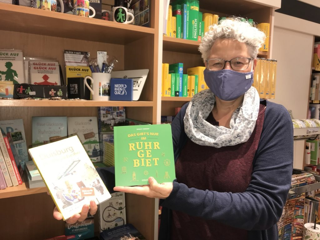 Elisabeth Evertz in der Ruhrgebiets-Ecke der Buchhandlung; Foto: Peter Ansmann