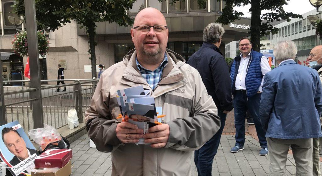 Überraschend gute Stimmung und Optimismus bei der CDU: Die Christdemokraten - hier: Thomas Schmitz vom Ortsverband Wanheimerort - kämpfen hochmotiviert; Foto: Peter Ansmann