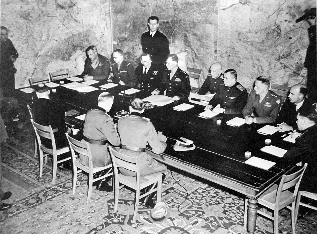 Kapitulation der Wehrmacht in Reims. Kurz danach wurde SHAEF aufgelöst; Foto: Unknown author, CC BY-SA 3.0, via Wikimedia Commons